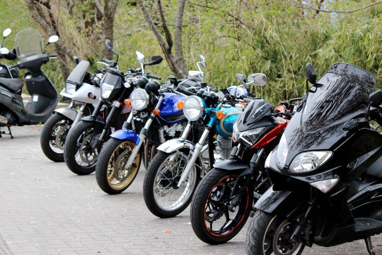 手前からTMAX、KTMduke、エストレヤ、CB400SFⅢ、Z250、GSX400S! 奥のスクーターは違います...