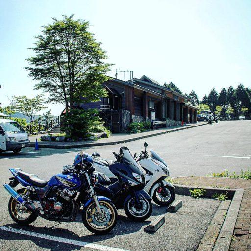 ひたすら下道で!建物の裏には、丹沢湖を囲む山々を一望できます!