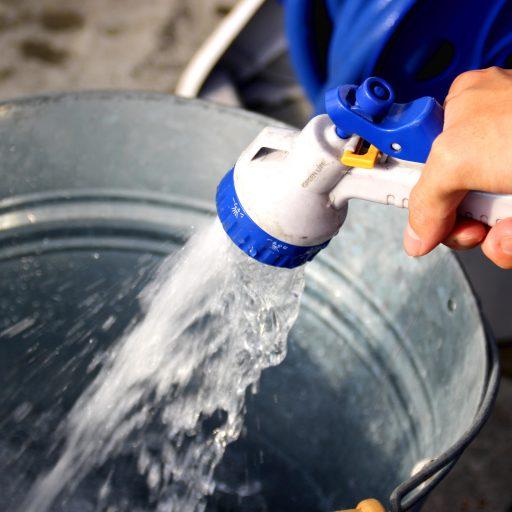 ブリキ風のバケツにシャンプーを入れ、水で薄めます!